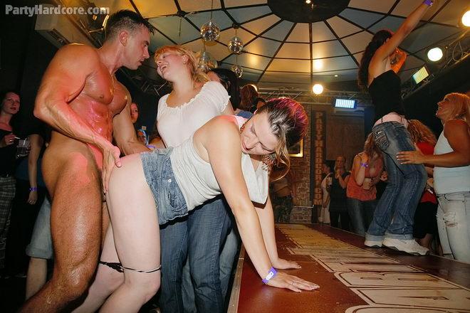 Mujeres desnudas en fiestas